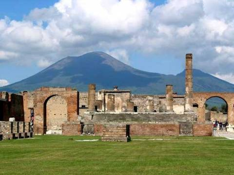 ruines-pompeii-met-mount-vesuvius-op-de-achtergrond